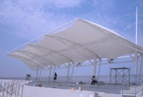 石家庄无极县第一中学膜结构体育看台主席台吊装完毕。